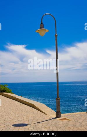 Lampada posta contro il cielo blu Foto Stock
