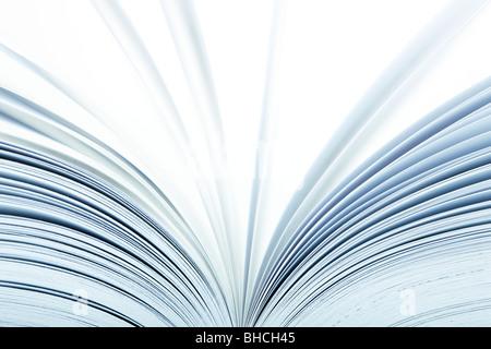 Macro di un libro aperto con pagine girando- messa a fuoco selettiva Foto Stock