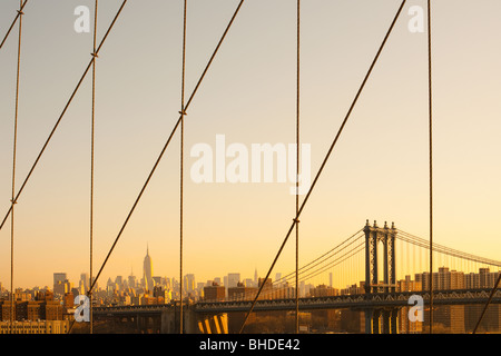 Manhattan Bridge e midtown skyline dal ponte di Brooklyn, Manhattan, New York City, NY, STATI UNITI D'AMERICA Foto Stock