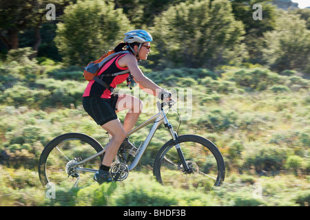 Donna Giapponese Bicicletta Equitazione Foto Stock