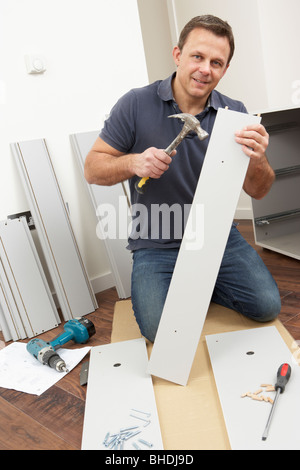 L'uomo Montaggio Flat Pack mobili Foto Stock