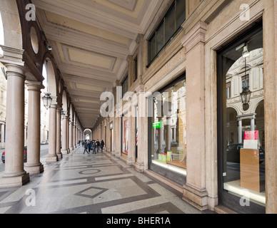 Negozi in un portico lungo la Via Roma nel centro storico di Torino, Piemonte, Italia