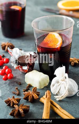 Vin brulé con spezie e cioccolatini Foto Stock