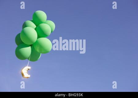 Euro volare con verde palloncini elio Foto Stock