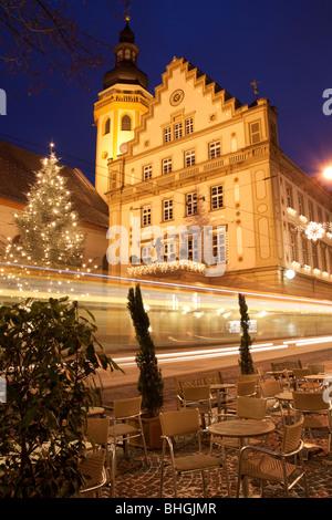 Marketplace in Karlsruhe-Durlach durante la notte con il tram - Germania Foto Stock