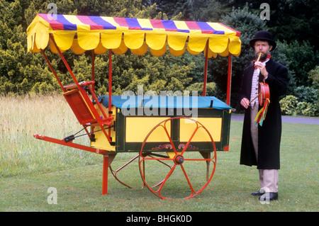 Victorian rievocazione storica, musicista itinerante intrattenitore e mostrano carro musicale di intrattenimento Foto Stock