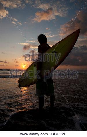 Surfer su Playa Hermosa in Costa Rica, America Centrale Foto Stock