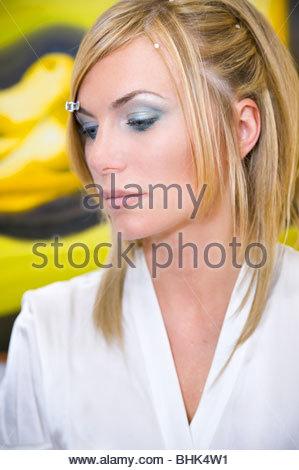 Donna durante un make up e hair styling a sessione Foto Stock