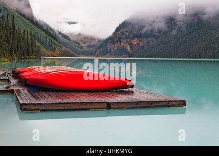 Barche rosse su un dock, il Lago Louise, Alberta, Canada Foto Stock