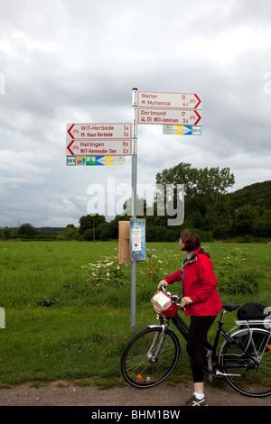 La Valle Ruhrtal pista ciclabile che corre per 230 chilometri da Winterberg a Duisburg. Ruhrtal, regione della Ruhr Foto Stock