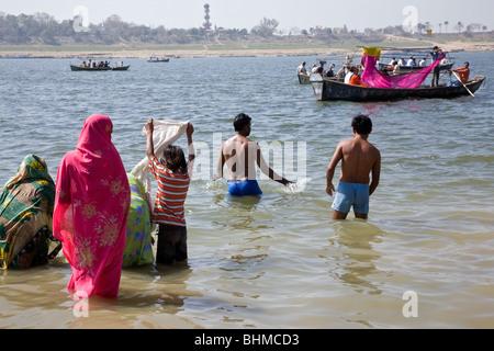 Pellegrini indù la balneazione nella confluenza del Gange e Yamuna fiumi (Sangam). Di Allahabad. India Foto Stock