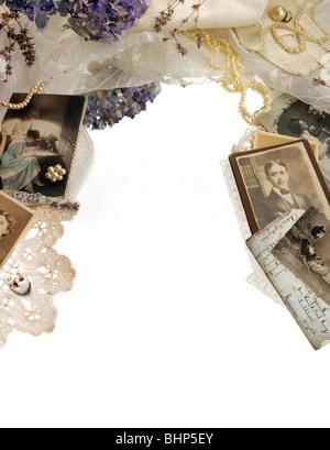 Vintage confinanti con fotografie, fiori secchi e perle Foto Stock