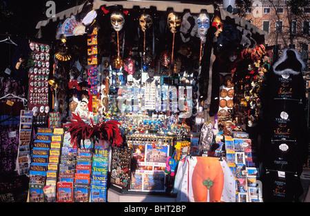 Street bancarella vendendo carnevale veneziano maschere, mappe, miniature, gioielli, Venezia, Italia Foto Stock