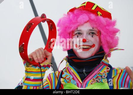 ... Close up di clown in costume annuale sfilata di carnevale a Maastricht  Paesi Bassi Europa Foto 01a760caa94