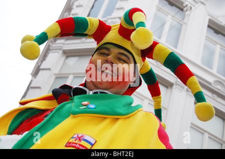 ... e soprattutto bere un sacco di alcol  Chiusura del buffone in costume  annuale sfilata di carnevale a Roermond Europa Paesi Bassi Foto Stock 7fa8eb38198