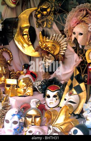 Close-up di miniatura masquerade maschere e placche a muro in vetrina a Venezia, Italia Foto Stock