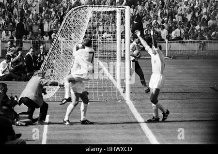 Inghilterra v Argentina World Cup Quarti di finale allo stadio di Wembley, London il 23 luglio 1966. In Inghilterra i giocatori celebrare Geoff Hurst's