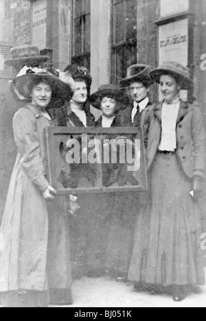 Cinque suffragettes tenendo un vetro rotto nel suo telaio, 1912. Artista: sconosciuto Foto Stock