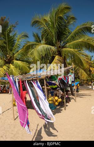 India Kerala, Vypeen Isola, Cherai Beach, il lungomare in stallo vendita di noci di cocco e di capi di abbigliamento Foto Stock