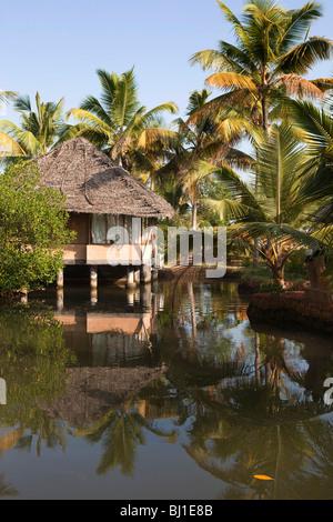 India Kerala, Vypeen Isola, Cherai Beach Resort, lagoonside alloggio bungalows Foto Stock