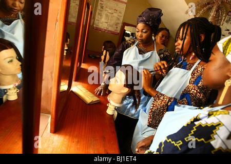 Parrucchiere gli studenti nella scuola, Benin Foto Stock