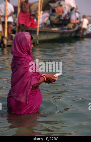 India, Uttar Pradesh, di allahabad, sangam, i bagnanti alla confluenza dei fiumi Gange e yamuna Foto Stock