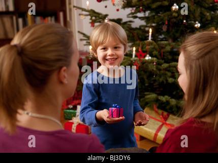 Ragazzo che mostra piccolo regalo di natale Foto Stock