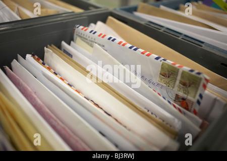 Ordinate le lettere vengono raggruppate in un cassetto a Royal Mail magazzino gigante al DIRFT parco logistico a Daventry