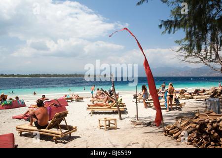 Indonesia, Lombok, Gili Trawangan, molte lucertole da mare sulla sezione affollate di spiaggia Foto Stock