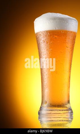 Bicchiere di birra su uno sfondo marrone Foto Stock