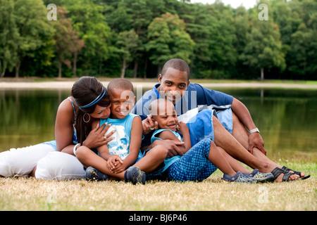 Felice famiglia nero godendo il loro giorno libero Foto Stock