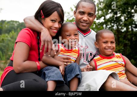 Felice famiglia nero godendo il loro giorno libero