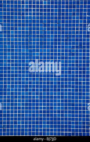Blu di piastrelle a mosaico su una parete Foto Stock
