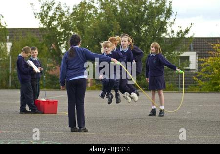 Saltando, parco giochi tradizionali gioco che viene giocato sul schoolyard di una scuola primaria in Wales UK
