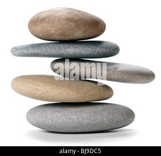 Equilibrato torre in pietra su sfondo bianco Foto Stock
