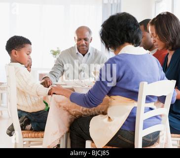 Famiglia americana africana pregare prima del pasto