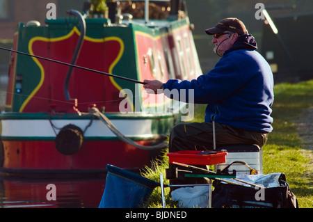 Il pescatore e narrowboat su Lancaster Canal a Garstang, Lancashire, Inghilterra Foto Stock