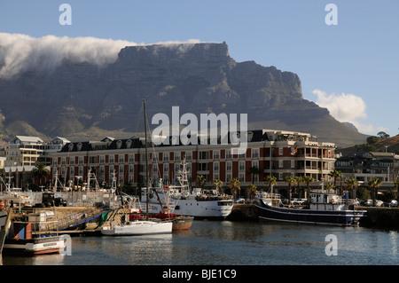 Cape Grace Hotel si affaccia sul lungomare V&A Città del Capo in Sud Africa Table Mountain e 'tovaglia' la formazione Foto Stock