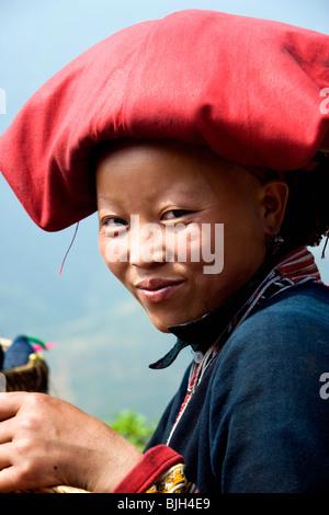 Il Vietnam Sapa vicino Cat-Cat donna dal rosso Zao gruppo di minoranza Foto Stock