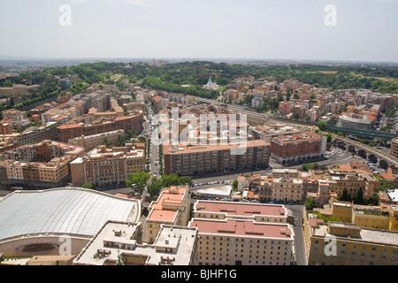Italia, Roma, Vaticano, San Pietro (San Pietro) quadrato come visto dal tetto Foto Stock