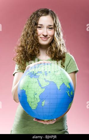 Donna che mantiene un globo Foto Stock