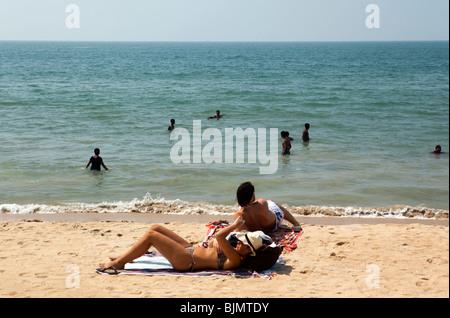 India Kerala, Vypeen Isola, Cherai Beach western lucertole da mare rilassante sulla sabbia Foto Stock
