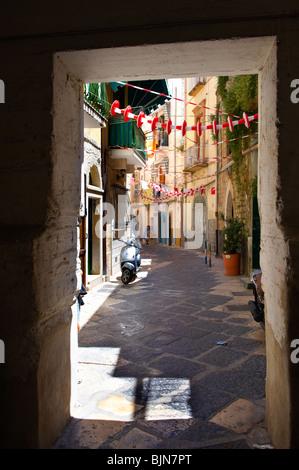Strette vie medievali di Bari vecchia, Puglia Italia Foto Stock