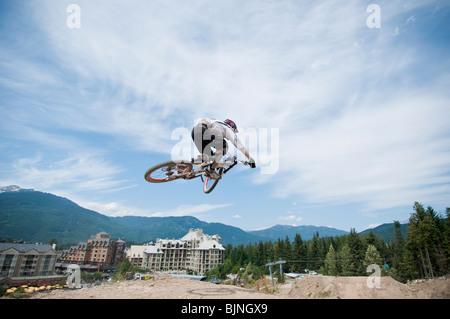 In discesa in mountain bike nel mondo famoso Whistler Bike Park Foto Stock