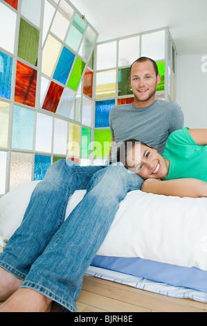 Coppia felice sul letto Foto Stock