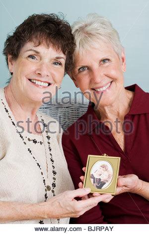 Senior amici con foto Foto Stock