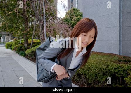 Giovane donna che soffre di stomachache Foto Stock
