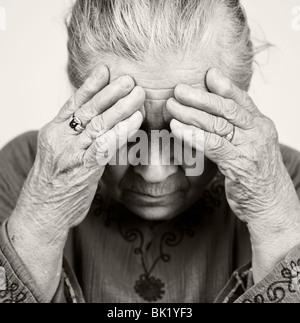 Infelice senior vecchia donna con problemi di salute Foto Stock