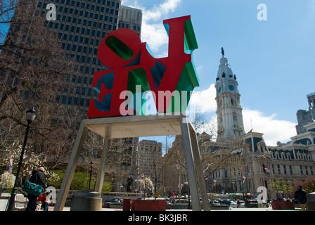 Una delle versioni di Robert Indiana di 'amore' scultura in amore Park (JFK PLaza) nel centro di Philadelphia, PA Foto Stock