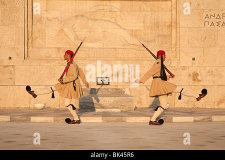Evzones guardie presidenziali marciare davanti alla tomba del Milite Ignoto presso il parlamento greco ad Atene Foto Stock